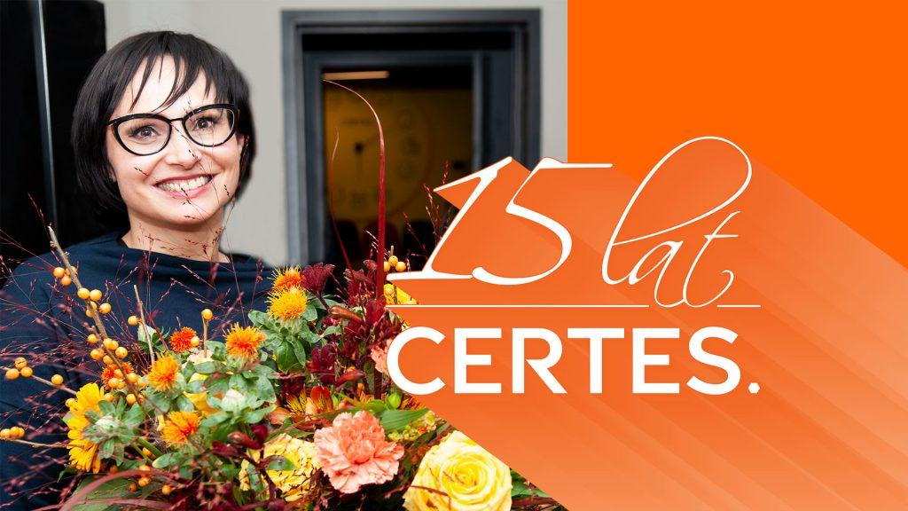 Ewa Rosik-Ogłaza z bukietem kwiatów z okazji 15-lecia firmy Certes
